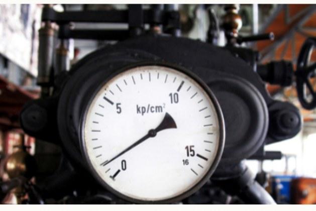 What are some of the factors that affect the sensitivity of vacuum gauges?